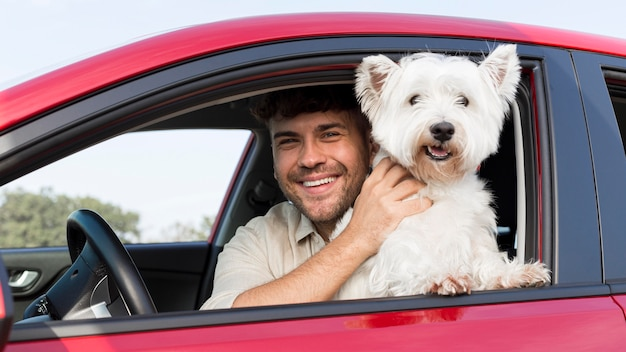 Uomo di smiley colpo medio con il cane