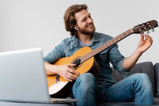 ギターとミディアムショットのスマイリーマン