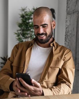 Средний снимок смайлика со смартфоном