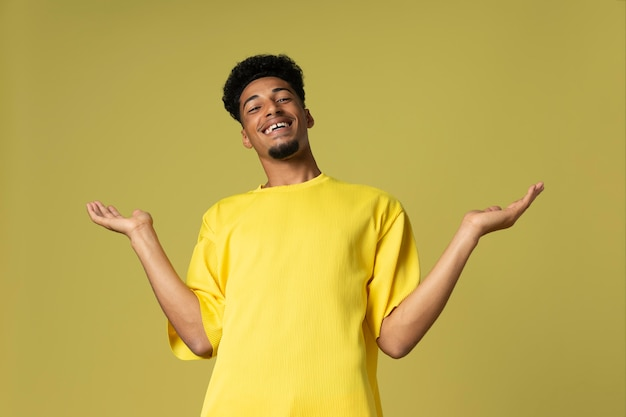 黄色の背景を持つミディアムショットのスマイリー男