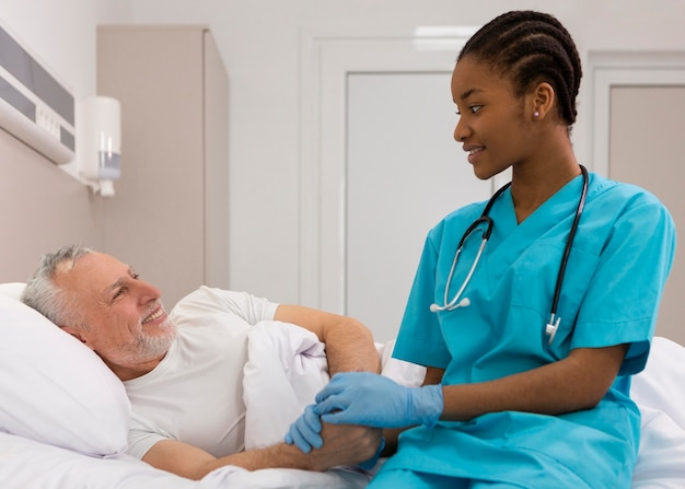 Медсестра-смайлик среднего кадра и пациент