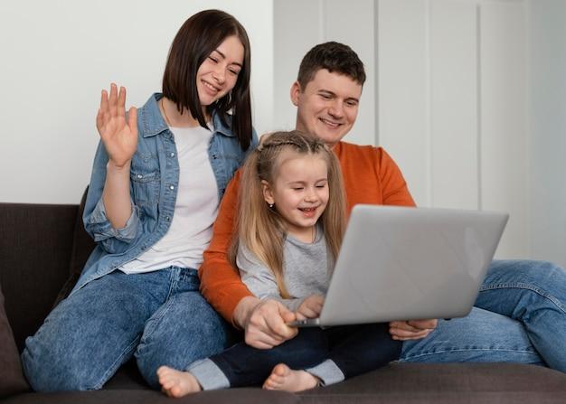 중간 샷 웃는 부모와 자녀