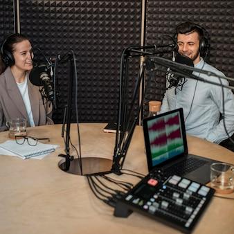 Улыбающиеся люди среднего размера на радио