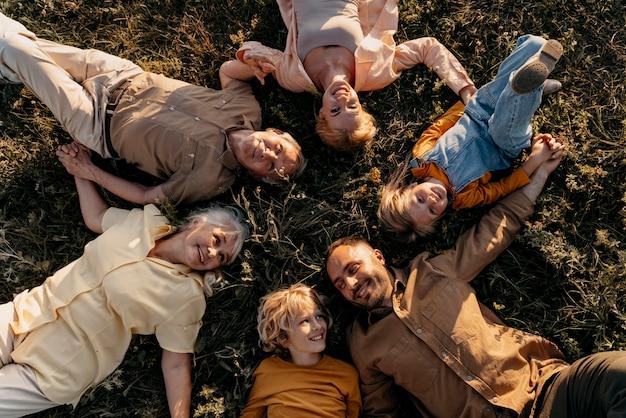 잔디에 누워 중간 샷 웃는 사람들