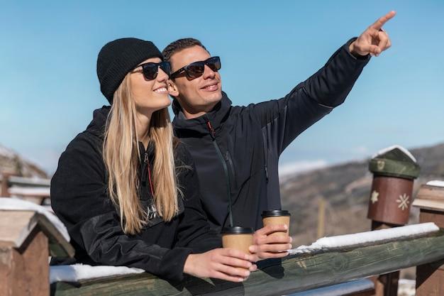 Улыбающиеся люди среднего кадра на открытом воздухе