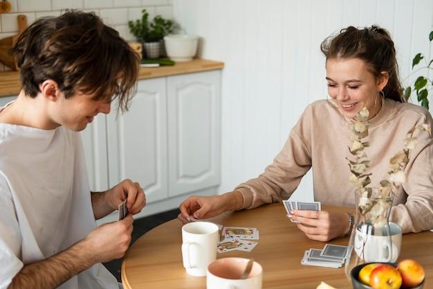 Persone di smiley colpo medio che giocano a carte