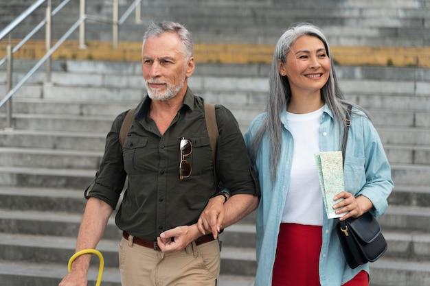 Улыбающиеся люди среднего плана гуляют вместе
