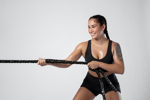 Средний снимок смайлика спортивная тренировка женщины
