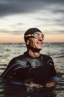 Nuotatore smiley colpo medio in acqua
