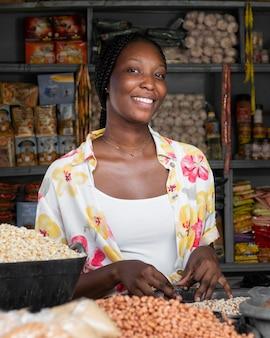 市場でミディアムショットのスマイリー女性