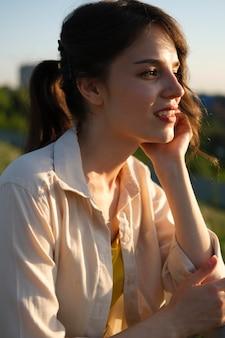 Donna sorridente di colpo medio che si gode la natura