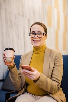 Средний выстрел смайлик женщина, держащая чашку