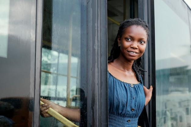 버스에서 중간 샷 웃는 여자