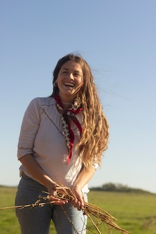 自然の中のミディアム ショットの笑顔の女性