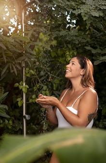 자연 속에서 중간 샷 웃는 여자