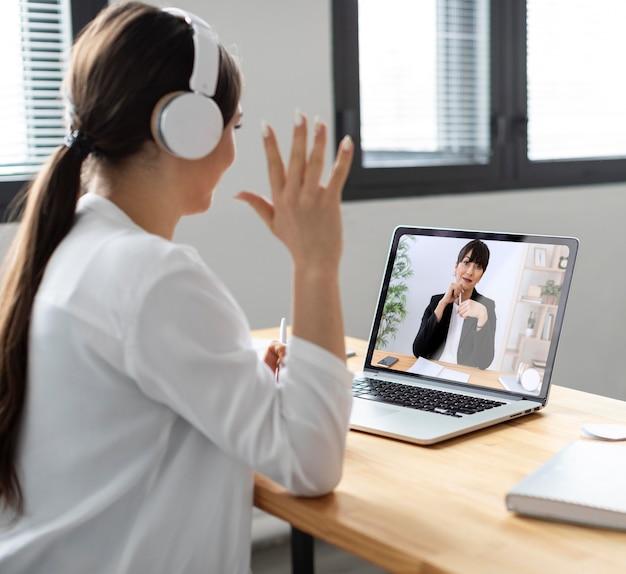 Средний снимок смайлик женщина видеозвонок
