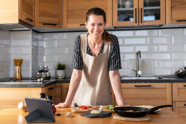 Medium shot smiley woman in kitchen