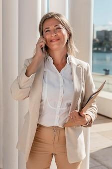Donna di smiley colpo medio sul telefono