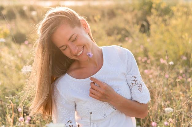 ミディアムショットのスマイリー女性がポーズ