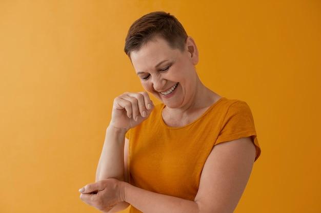 Donna sorridente di colpo medio in posa