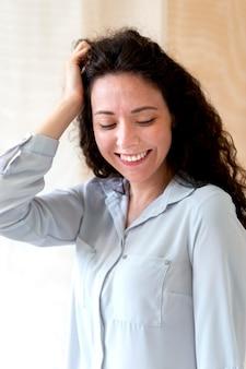 중간 샷 웃는 여자 포즈