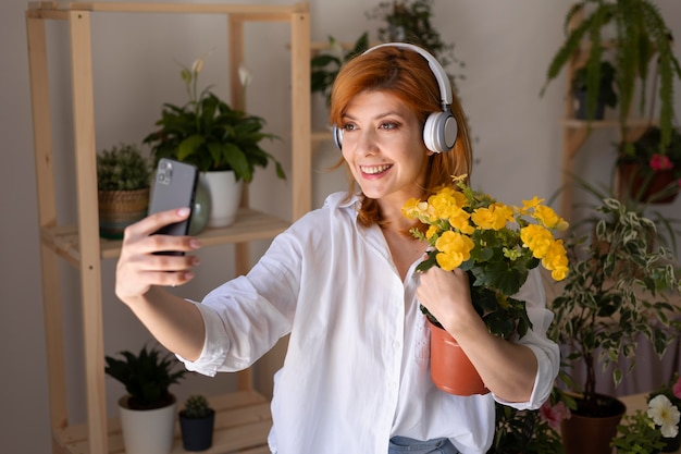 自撮り写真を撮るミディアムショットスマイリー女性