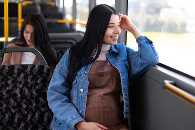 ミディアムショットの笑顔の女性旅行