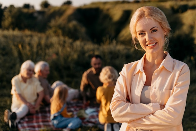 Donna sorridente di tiro medio con le braccia incrociate