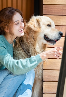 Улыбающаяся женщина среднего выстрела с собакой