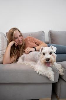 犬とミディアムショットのスマイリー女性