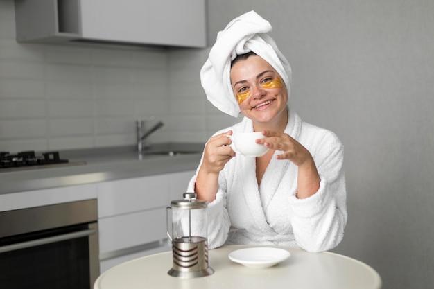 Улыбающаяся женщина среднего плана с повязками на глазах
