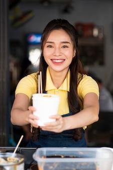 음식과 중간 샷 웃는 여자