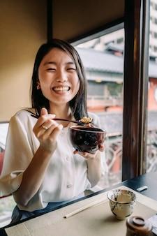食べ物とミディアムショットの笑顔の女性