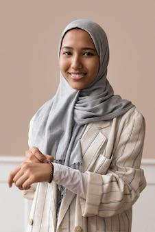 Donna sorridente con colpo medio con hijab