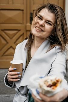 케밥과 중간 샷 웃는 여자