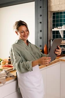 태블릿 중간 샷 웃는 여자