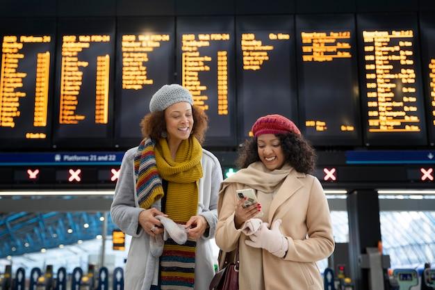 Donne sorridenti a colpo medio all'aeroporto