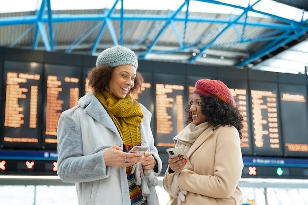 空港でミディアムショットのスマイリー女性