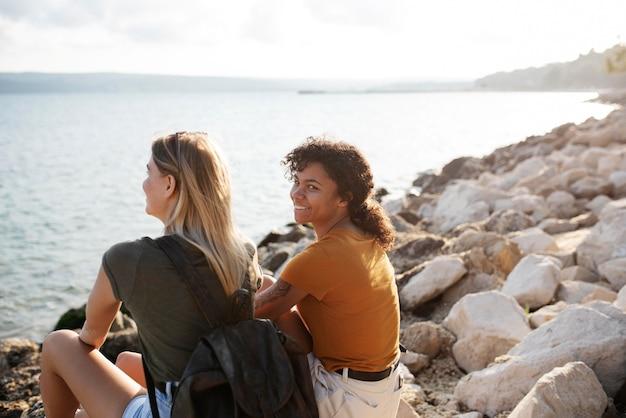 海辺でミディアムショットのスマイリー女性