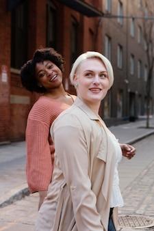 市内のミディアムショットスマイリー女性