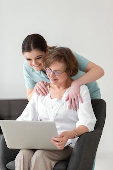Средний снимок смайлика женщины с ноутбуком
