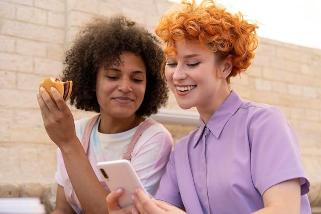 Средний снимок смайлика женщины с телефоном