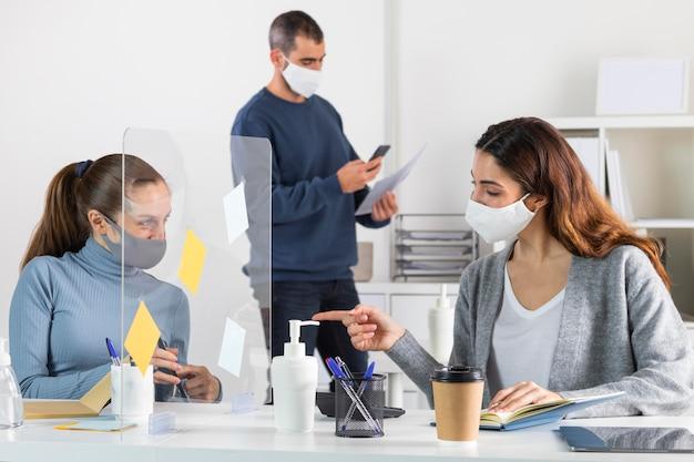 직장에서 중간 샷 사회적 거리