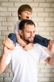 Средний выстрел сына на плечи отца