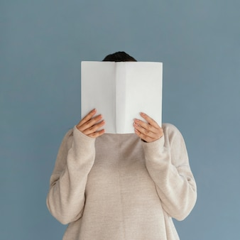 Студент среднего кадра, держащий книгу