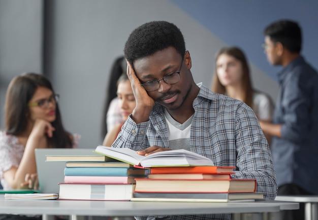 ミディアムショットの学生が勉強しています
