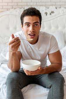 ミディアムショット驚いた穀物を食べている男