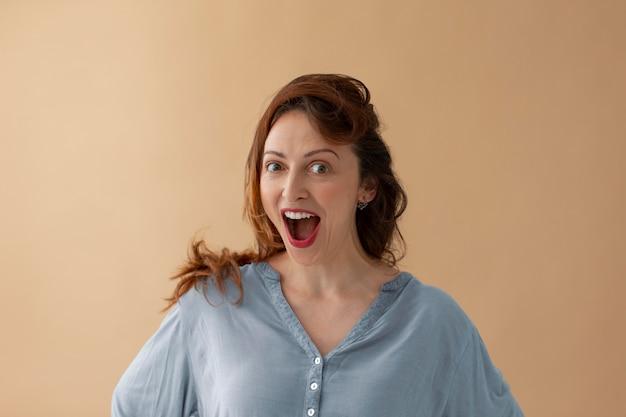 Средний снимок удивлен портрет женщины