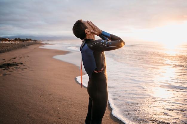 Nuotatore del colpo medio in spiaggia