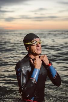 Пловец среднего уровня в воде